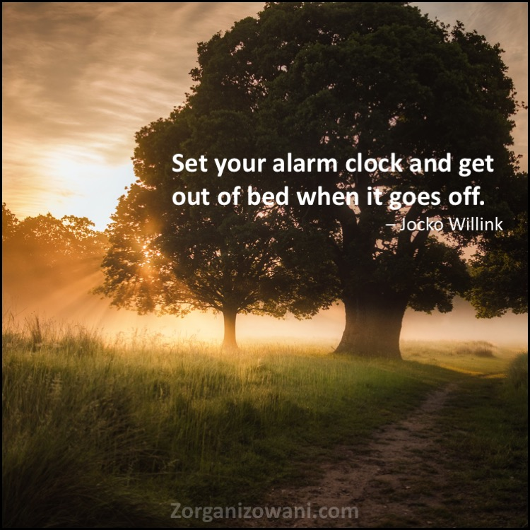 Motywacyjne cytaty Set your alarm clock and get out of bed when it goes off. Jocko Willink